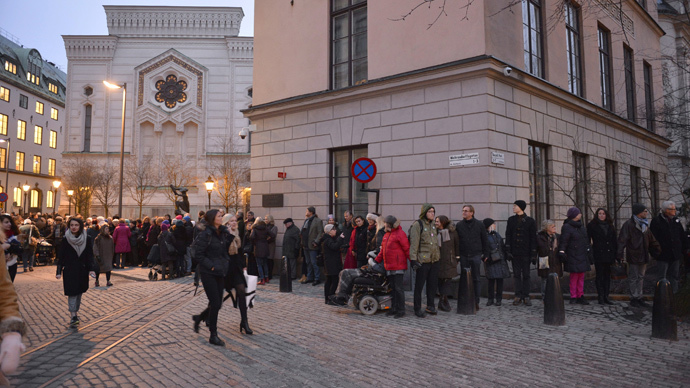 'Rings of peace': Hundreds surround Swedish synagogue, lock hands in Denmark