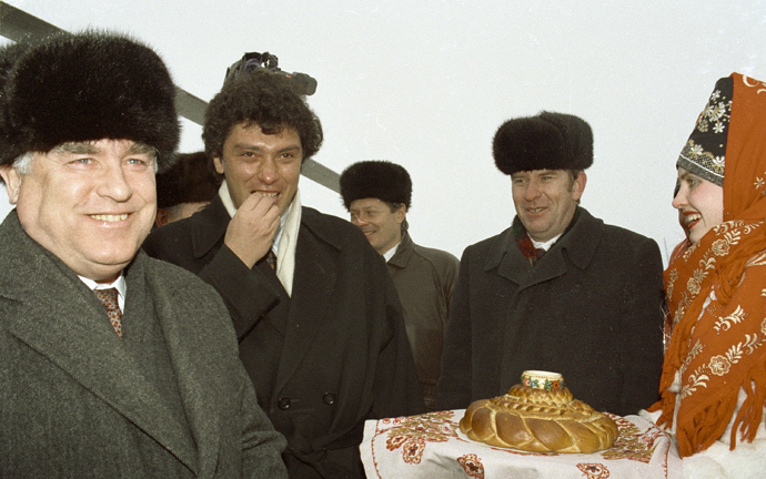 Chairman of the Russian Federation Council of Ministers Viktor Chernomyrdin (first left) and Nizhny Novgorod Governor Boris Nemtsov (second left) meet at the airport, 1994 (RIA Novosti / Alexander Makarov)