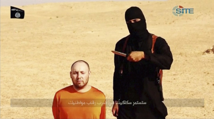 A masked, black-clad militant, who has been identified by the Washington Post newspaper as a Briton named Mohammed Emwazi, stands next to a man purported to be Steven Sotloff in this still image from a video obtained from SITE Intel Group website February 26, 2015. (Reuters/SITE Intel Group)
