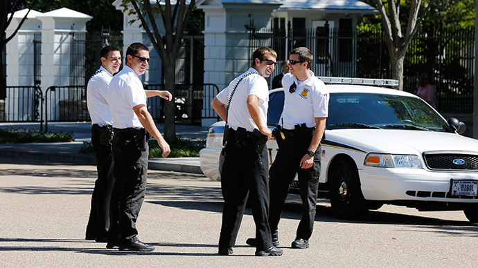 U.S. Secret Service Uniformed Division officers stand watch over the north fence of the White House, along Pennsylvania Avenue, October 1, 2014 (Reuters / Larry Downing)