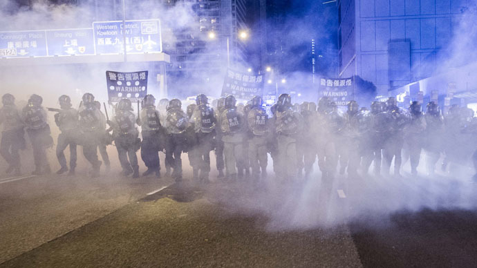 Police officers stand in a cloud of tear gas during a demonstration in Hong Kong on September 28, 2014. (AFP Photo)