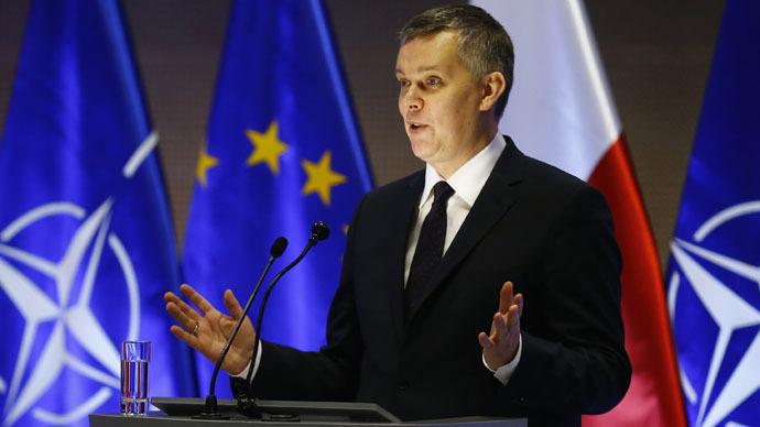 Spotlight gaffe: Video of Polish minister using desk lamp as mic goes viral