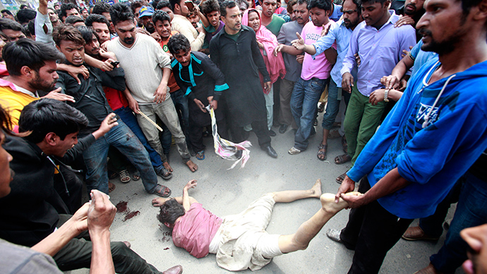Enraged Christians lynch a man they suspected of being involved in a suicide attack on a church in Lahore March 15, 2015 (Reuters / Mohsin Raza)