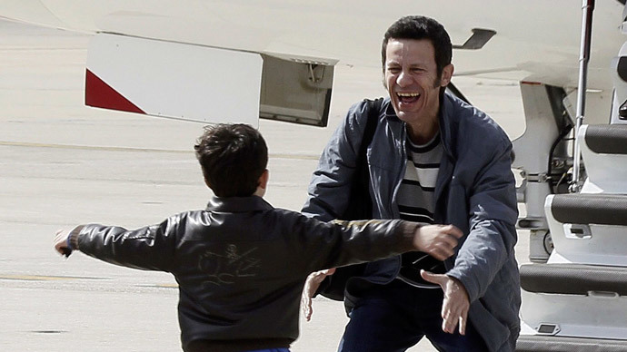 Freed El Mundo Middle East correspondent Javier Espinosa (R) laughs as his son runs towards him after his arrival at Torrejon de Ardoz airbase near Madrid March 30, 2014. (Reuters / Paco Campos)