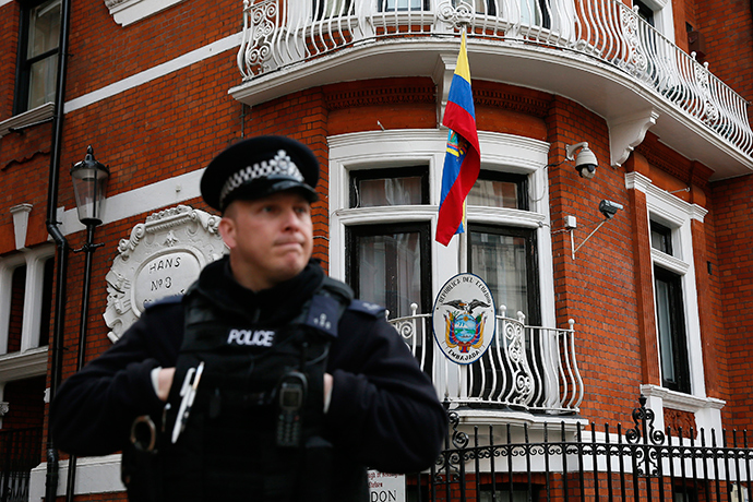 A police officer stands outside the Ecuador embassy in London March 13, 2015 (Reuters / Stefan Wermuth)