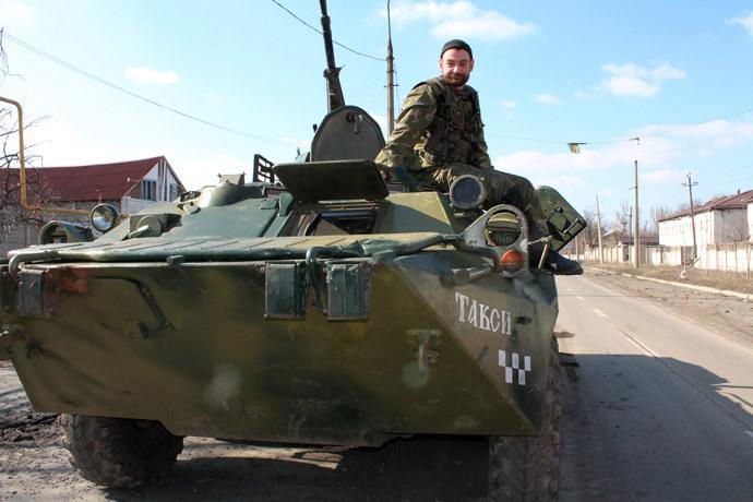 A Donetsk People's Republic fighter on a street in Donetsk. (RIA Novosti / Irina Gerashchenko)