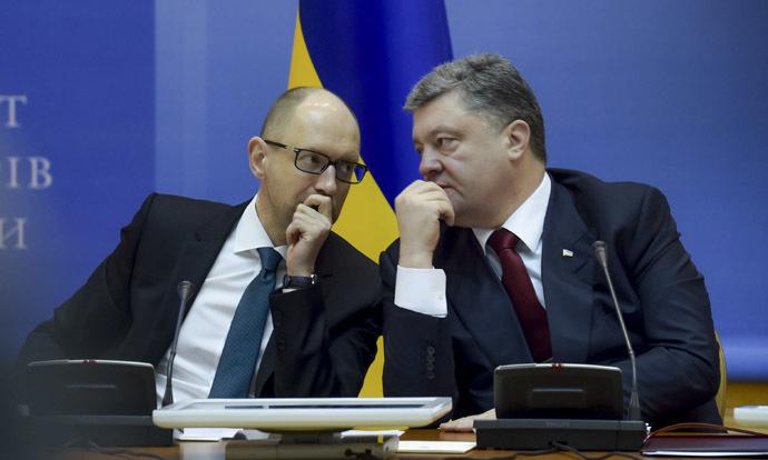 Ukrainian President Petro Poroshenko (R) talks to Ukrainian Prime Minister Arseny Yatseniuk. (Reuters / Mykola Lazarenko)