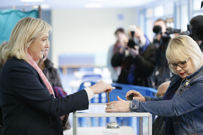 France's far-right National Front leader Marine Le Pen (L) casts her ballot as she votes in Henin-Beaumont, northern France, March 22, 2015. (Reuters / Gonzalo Fuentes)