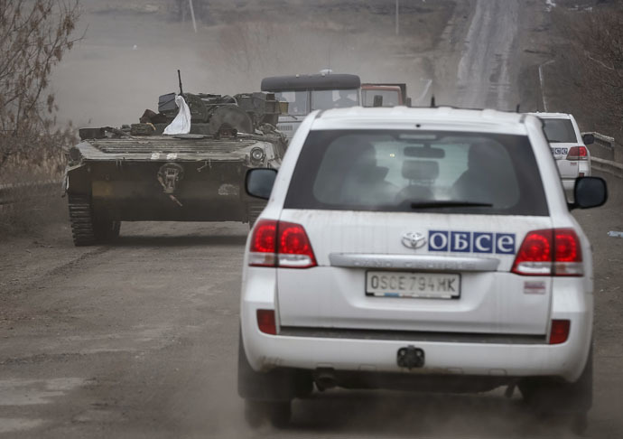 Vehicles of the Special Monitoring Mission of the Organization for Security and Cooperation (OSCE) to Ukraine are seen near Debaltseve, eastern Ukraine (Reuters/Gleb Garanich)