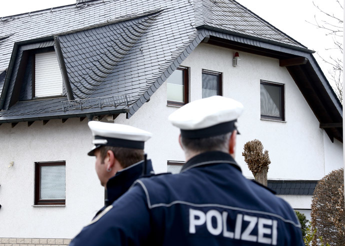 German policemen stand outside a house believed to belong to crashed Germanwings flight 4U 9524 co-pilot Andreas Lubitz in Montabaur, March 26, 2015. (Reuters / Ralph Orlowski)