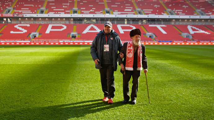 FC Spartak Moscow's oldest fan, 102-year-old Otto Fisher (R) at the club's Otkrytiye Arena's stadium before the Russian Premier League's round 19 match between Spartak and Dinamo Moscow..(RIA Novosti / Vladimir Astapkovich)