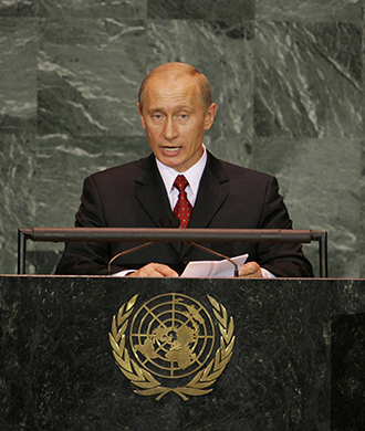 Russian President Vladimir Putin addresses delegates (front, C) on the second day of the 2005 World Summit and 60th General Assembly of the United Nations in New York September 15, 2005 (Reuters / Ray Stubblebine HB)
