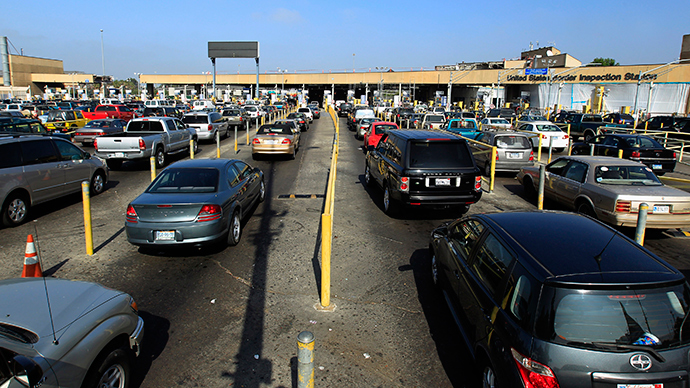 Motorists wait in lanes of traffic heading into the United States from Mexico at the U.S. border crossing in San Ysidro, California (Reuters / Mike Blake)