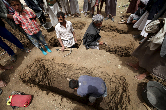 People dig graves for the victims of an air strike in Okash village near Sanaa April 4, 2015. (Reuters / Mohamed al-Sayaghi)