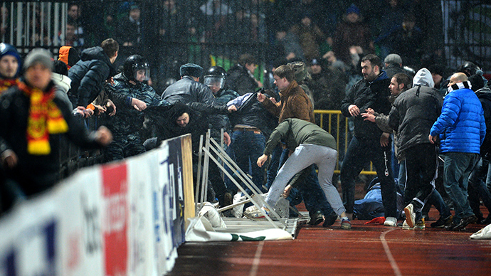 Rival football fans clash during match in Russia's Tula (VIDEO)