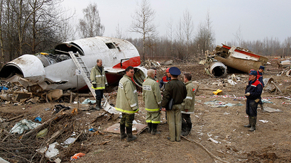 ARCHIVE PHOTO: Experts and investigators stand at the site of a Polish government Tupolev Tu-154 aircraft crash in Smolensk, April 13, 2010. (Reuters / Sergei Karpukhin)