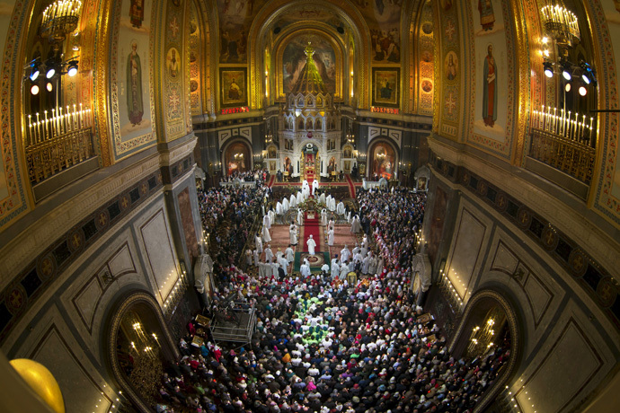Believers attend an Orthodox Easter service at the Christ the Saviour Cathedral in Moscow April 12, 2015. (Reuters/Alexander Zemlianichenko)