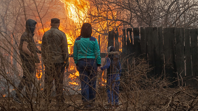 Local residents watch the fire at the outskirts of the city of Abakan (RIA Novosti / Denis Mukimov)