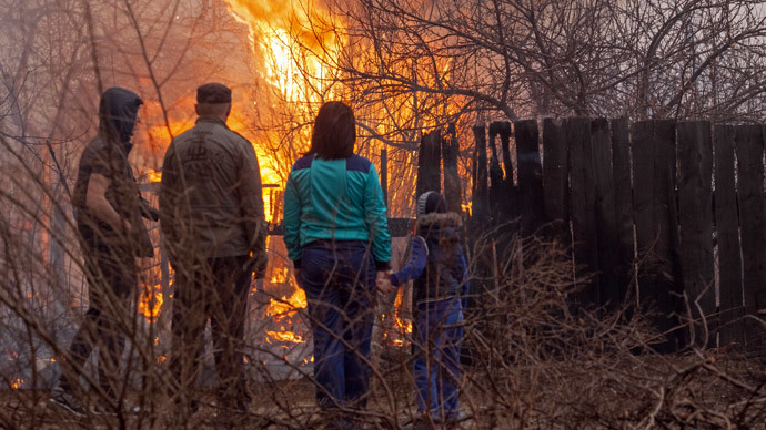 Local residents observe the fire on the outskirts of Abakan.(RIA Novosti / Denis Mukimov)
