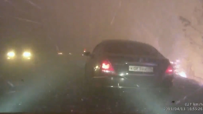 Terrifying footage of cars battling through hellish Russian wildfire (VIDEO)