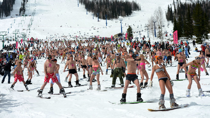 Bikini-clad crowds brave Siberian cold to set world skiing record (VIDEO)