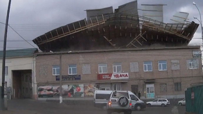 Building roof blown away in single blast of wind caught on dashcam (VIDEO)