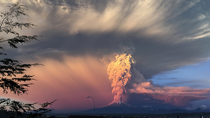 Surreal! Sunset turns massive Calbuco eruption into amazing scene (IMAGES)