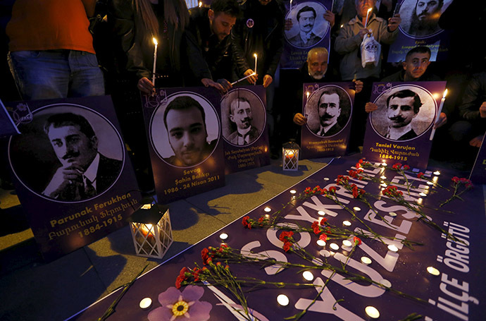 Demonstrators hold candles and pictures of Armenian victims during a commemoration for the victims of mass killings of Armenians by Ottoman Turks, in Istanbul April 23, 2015. (Reuters/Murad Sezer)