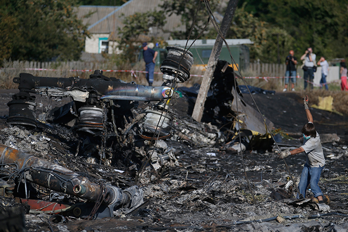 Members of the Ukrainian Emergencies Ministry work at the crash site of Malaysia Airlines Flight MH17, near the village of Hrabove, Donetsk region, July 20, 2014 (Reuters / Maxim Zmeyev)