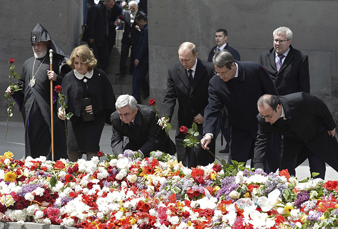 (L-R) Catholicos Karekin II, the supreme head of the Armenian Apostolic Church, Armenia's President Serzh Sargsyan together with his wife Rita, Russia's President Vladimir Putin, Cyprus President Nicos Anastasiades and France's President Francois Hollande lay flowers during a commemoration ceremony marking the centenary of the mass killing of Armenians by Ottoman Turks in Yerevan, Armenia, April 24, 2015. (Reuters/Alexei Nikolsky/RIA Novosti/Kremlin)