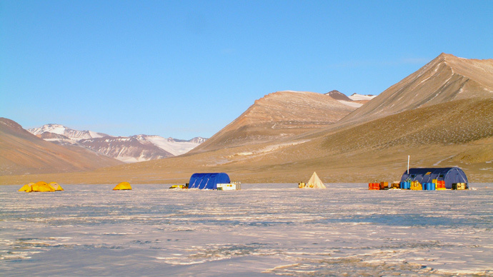 The research field camp on Lake Vida, located in Victoria Valley, the northern most of the McMurdo Dry Valleys, Antarctica. (AFP Photo / Desert Research Institute / Alison Murray)