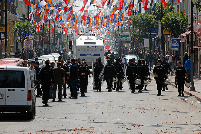 Policemen block a street to prevent people from gathering for May Day demonstrations near Taksim Square in Istanbul, Turkey, May 1, 2015 (Reuters / Umit Bektas)