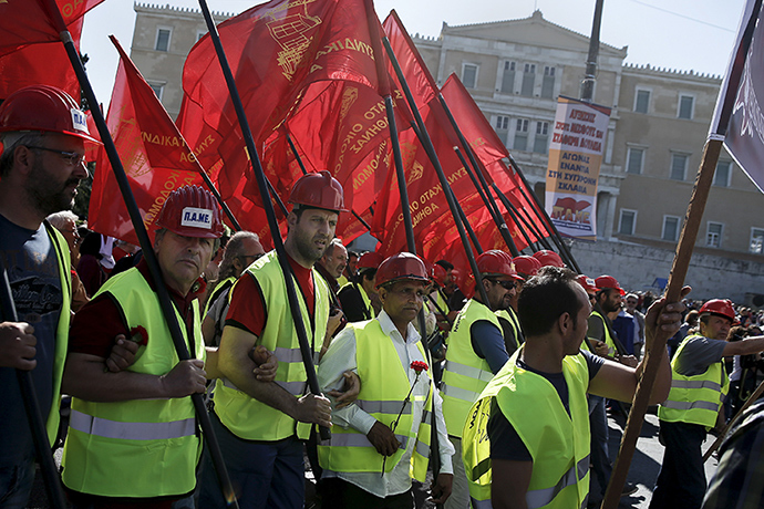 Protesters from the Communist-affiliated trade union PAME hold red flags during a May Day rally in front of the parliament building in Athens May 1, 2015 (Reuters / Alkis Konstantinidis)