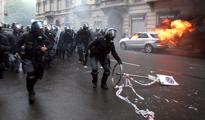 Italian anti-riot policemen run during a rally against Expo 2015 in Milan, Italy, May 1, 2015 (Reuters / Stefano Rellandini)