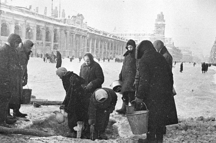 People queueing up fo water in besieged Leningrad. (RIA Novosri/Vladimir Tselik)