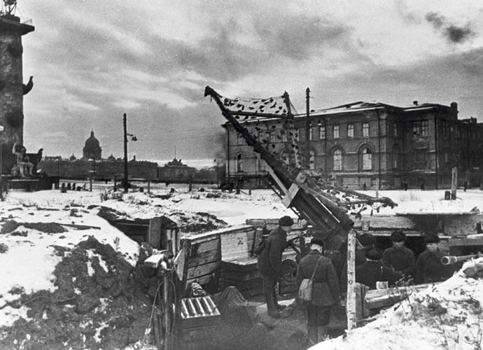 An antiaircraft battery in besieged Leningrad. (RIA Novosti/Boris Kudoyarov)
