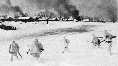 Soldiers in camouflage go into the assault in a crushing defeat of the Nazi troops near Moscow. (RIA Novosti)