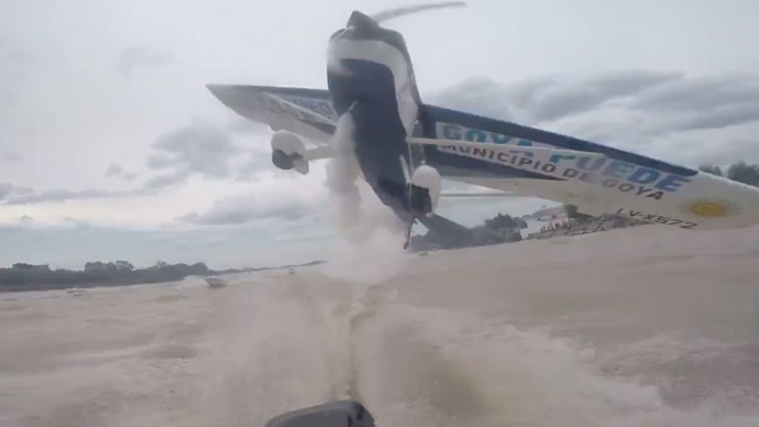 Lucky escape: Low-flying plane nearly hits fishermen's boat in Argentina (VIDEO)