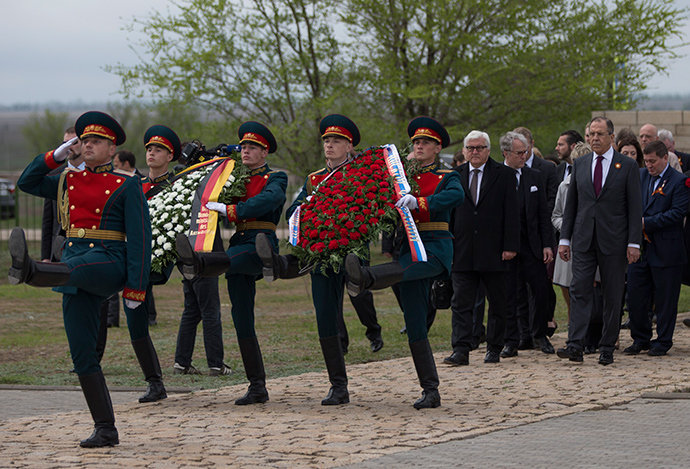 German Foreign Minister Frank-Walter Steinmeier (4thR) and his Russian counterpart Sergey Lavrov (2ndR) at a memorial to Soviet soldiers killed in Stalingrad during WWII. Volgograd, May 7, 2015 (AFP Photo / Pool)