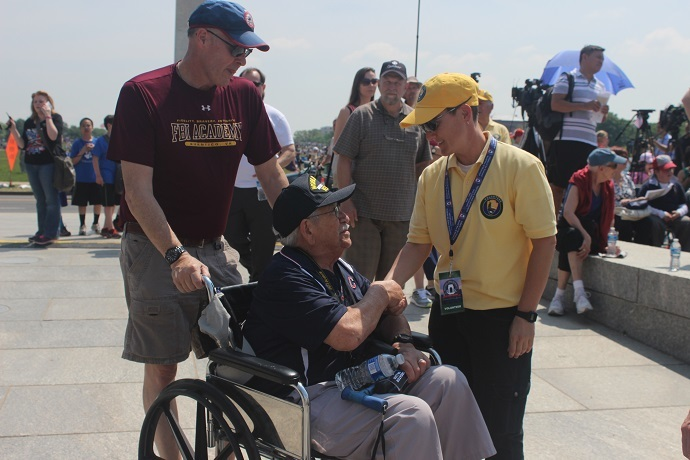 A National Parks Service volunteer thanks a World War II veteran for his service (RT America/Aliza Krichevsky)
