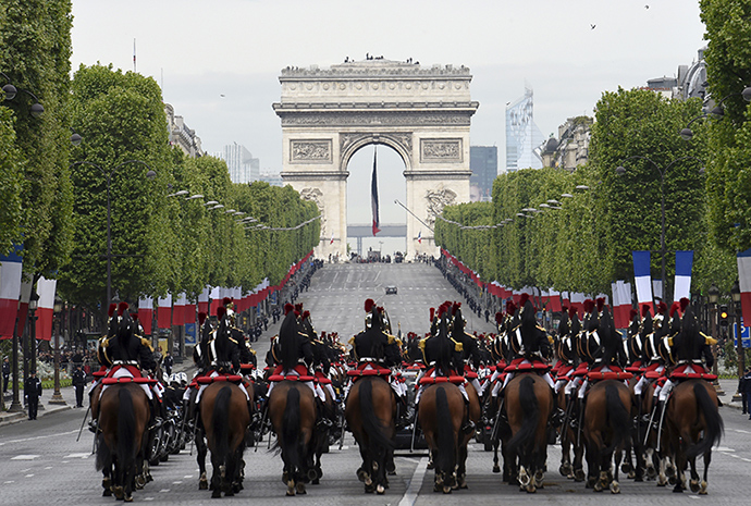 French Republican Guards surround French President Francois Hollande's car on their way to attend a ceremony marking 70 years since the victory over Nazi Germany during World War Two, at the Arc de Triomphe in Paris, France, May 8, 2015 (Reuters / Loic Venance)