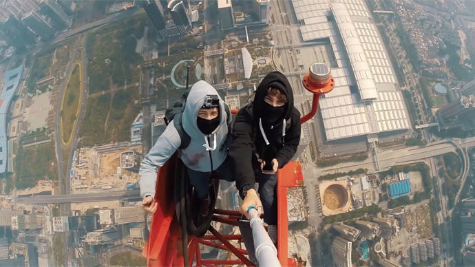​Shenzhen birdmen: Two daredevils, one mega-tall tower and a selfie stick (VIDEO)
