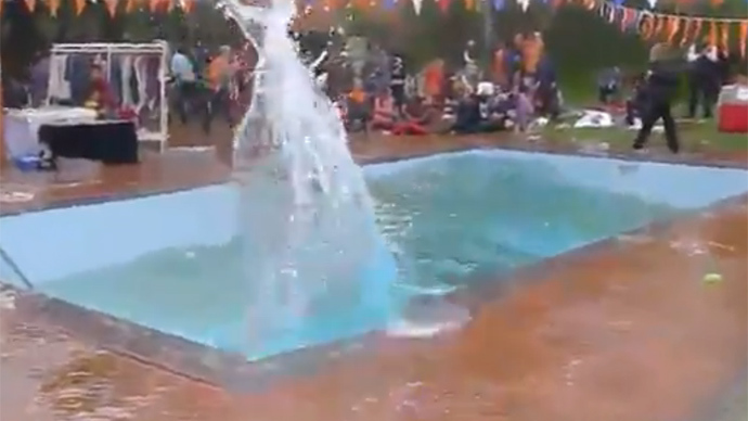 Seismic splash: Pool tsunami spillage in Kathmandu during earthquake (VIDEO)
