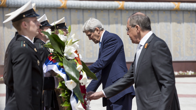 U.S. Secretary of State John Kerry and Russian Foreign Minister Sergey Lavrov (R) lay a wreath at the Zakovkzalny War Memorial in Sochi, Russia May 12, 2015 (Reuters / Joshua Roberts)