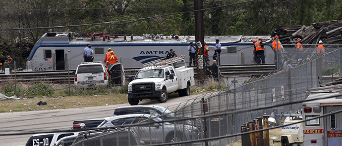 Amtrak and police officials stand near a derailed Amtrak train in Philadelphia, Pennsylvania May 13, 2015. (Reuters/Mike Segar)