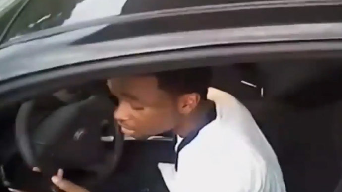 Lucky escape: Police officer dragged along by car as suspect drives off (VIDEO)