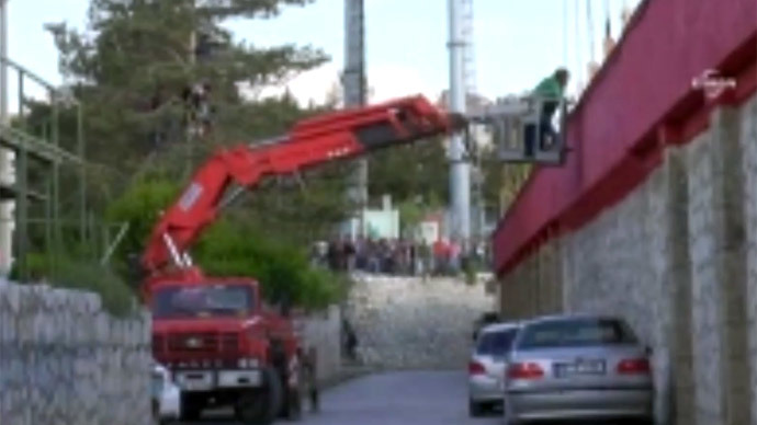 Turkish football manager uses crane to watch game after stadium ban (VIDEO)