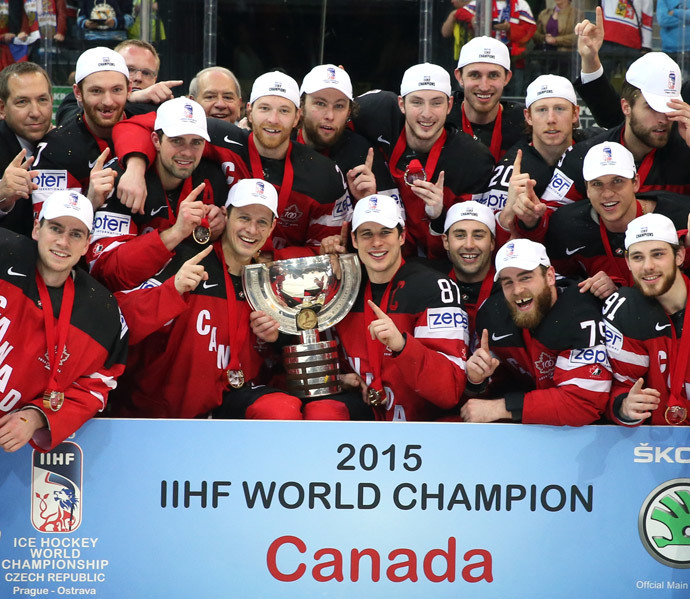 Canadian players, winners of the gold medals at the 2015 IIHF Ice Hockey World Championship, during the award ceremony.(RIA Novosti / Grigoriy Sokolov)