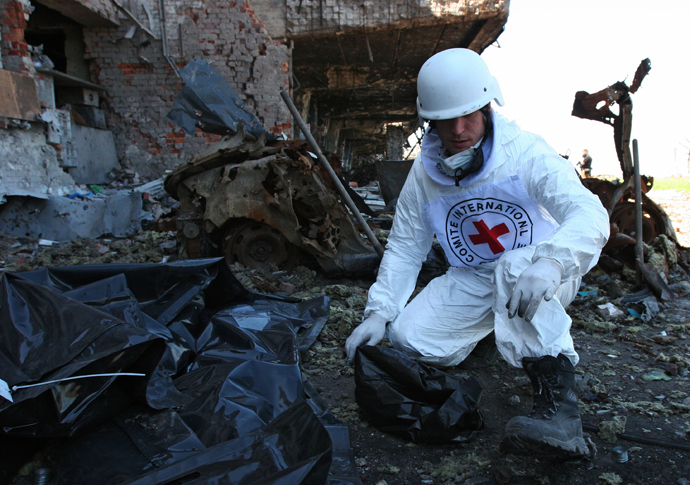 An International Red Cross worker recovers bodies of Ukrainian troops in Donetsk airport. (RIA Novosti / Igor Maslov)