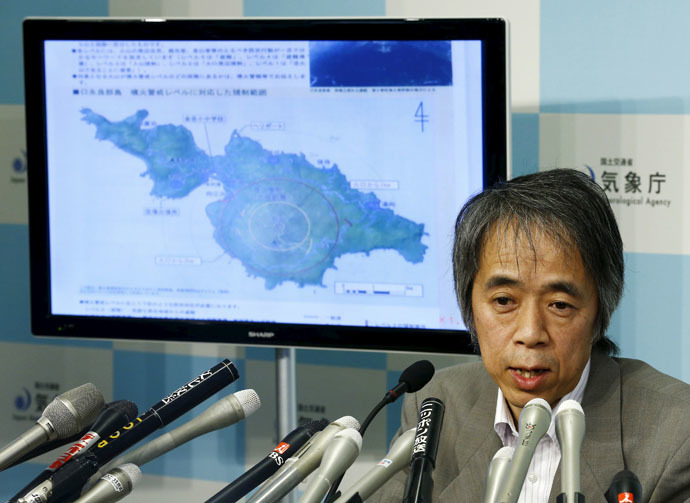 Japan Meteorological Agency's Senior Coordinator for volcanic affairs Sadayuki Kitagawa holds an emergency news conference following the eruption of a volcano in southern Japan, as a screen shows a map of the volcano on Kuchinoerabujima, at the agency in Tokyo May 29, 2015. (Reuters/Thomas Peter)